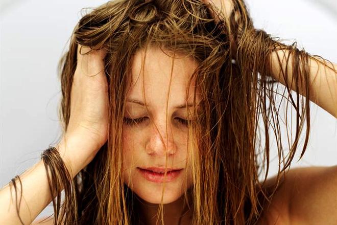 Vízzel hajat mosni