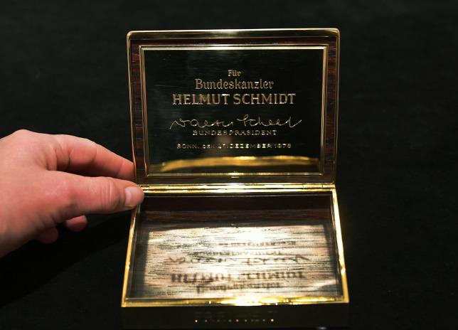 Elárverezik Helmut Schmidt arany cigarettatárcáját 209f1e4ce8