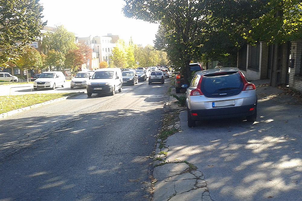 Kresz parkolás kapubejáró