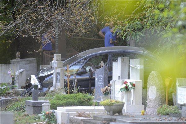 46fbd455d3 A temetőbe csapódott egy autó Budapesten
