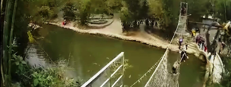 5ea83f2c05 Beszakadt a kötélhíd az idióta turisták alatt