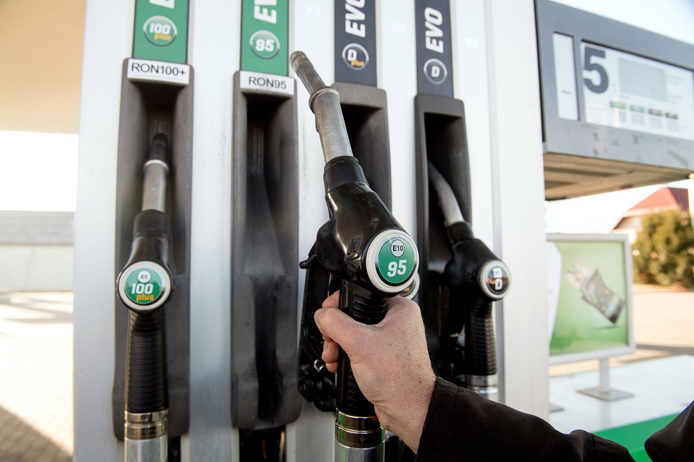 Csökken, és átlép egy fontos lélektani határt a benzin ára