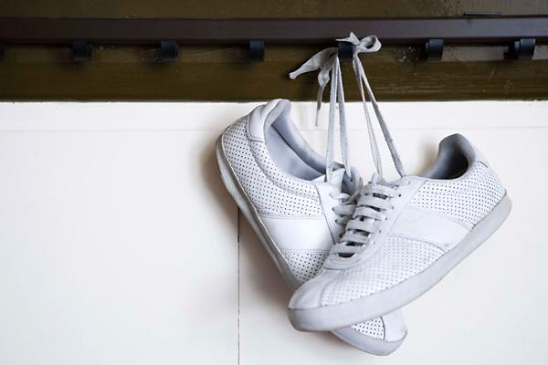 1b649209d4 Vizes cipő tisztítása. Ha pocsolyába léptél vagy megáztál, a vizes cipődet  legegyszerűbben egy újságpapírral törölheted szárazra. Ha kényes bőrcipőről  van ...