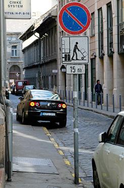 Járdán parkolás feljelentés
