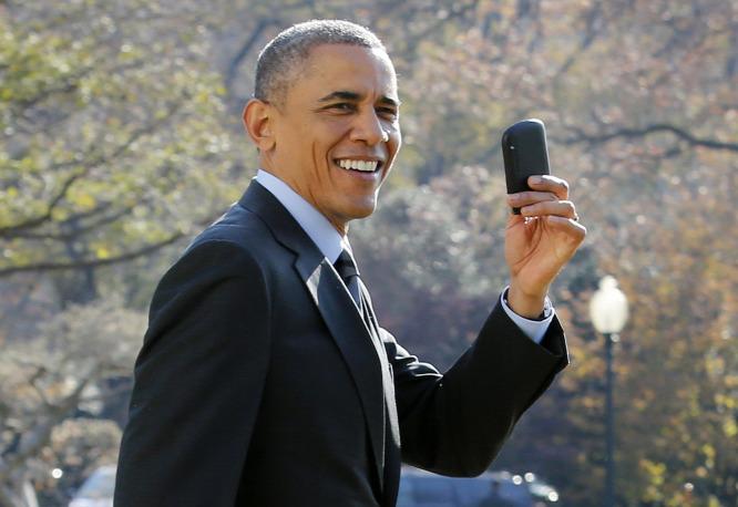 8a7bcd8a5e Barack Obama amerikai elnök a Fehér Ház előtt a BlackBerryjévelForrás:  AFP/Yuri Gripas
