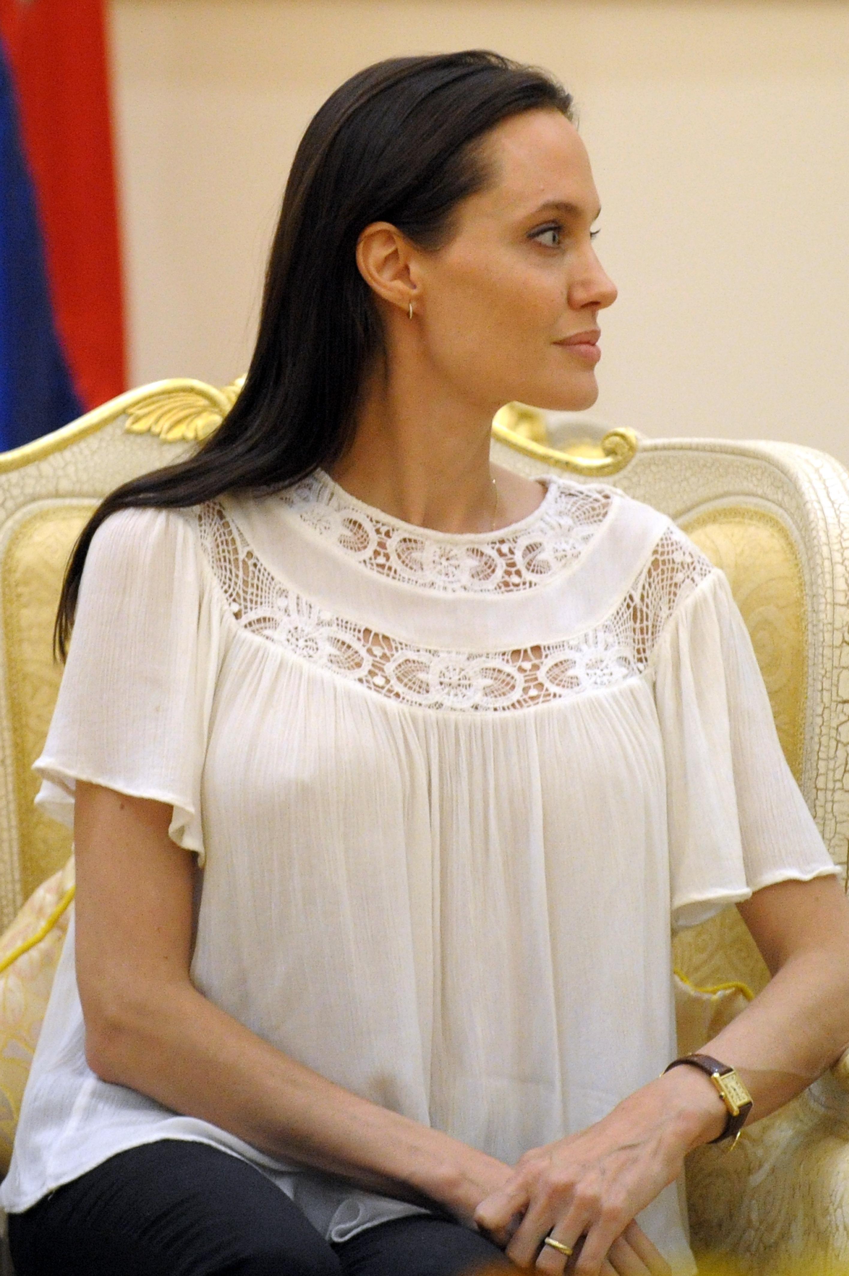 Nem tudja leplezni soványságát Angelina Jolie