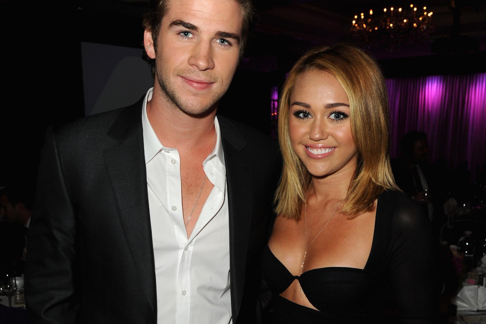 Miley cyrus pénisz. Péniszével kíván boldog karácsonyt Miley Cyrus - mamarazzafoto.hu