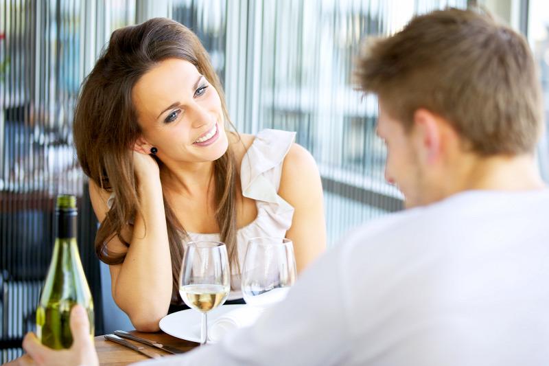 pezsgő társkereső iroda első találkozás egy férfi találkozik az interneten
