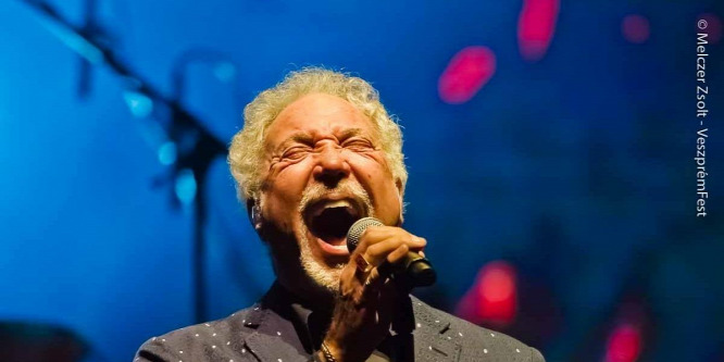 Tom Jones 77 évesen is hódít