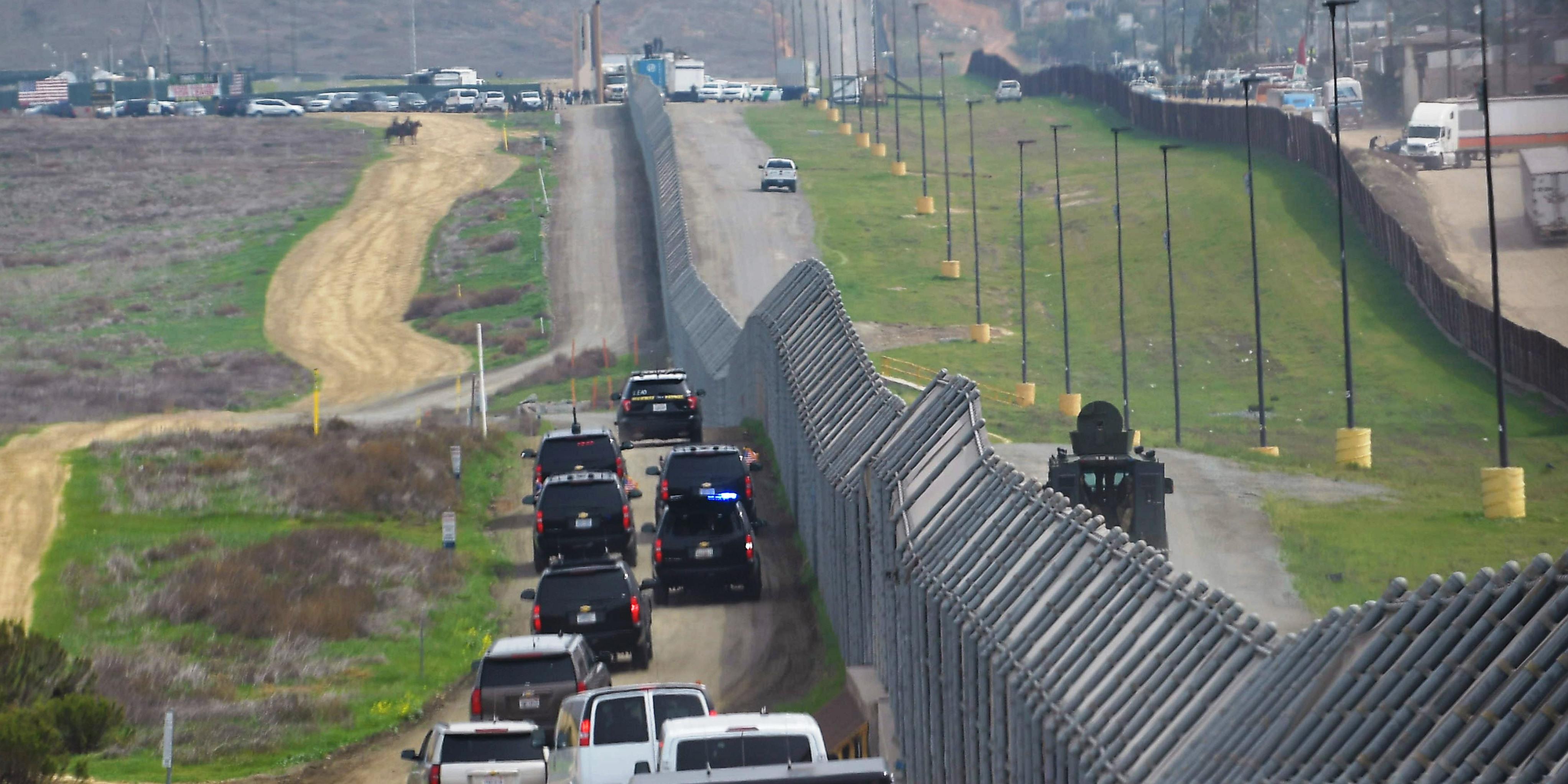 A texasi kormányzó tovább építené a mexikói határfalat