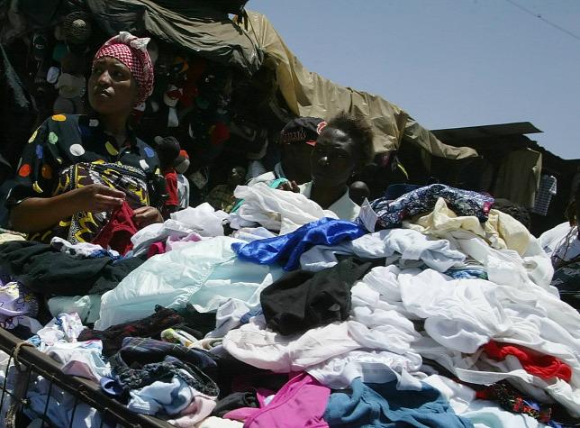 9360a547ae Kenyai használt ruha stand egy piacon, NairobibanForrás: AFP/Simon Maina