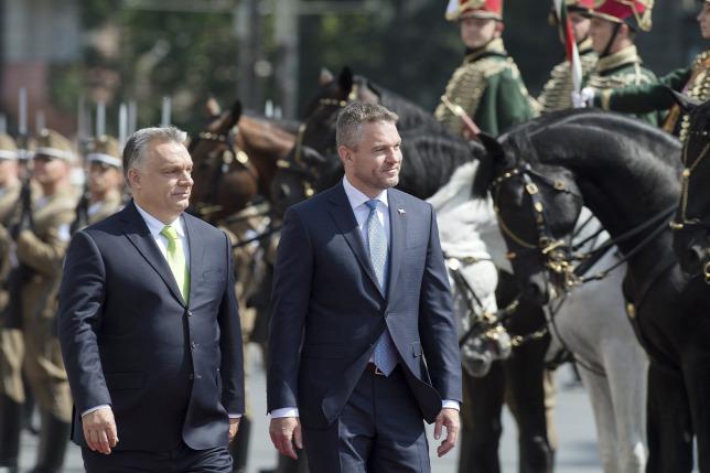9e13c5ae1c Orbán Viktor miniszterelnök átadta Peter Pellegrini szlovák  miniszterelnöknek a V4-ek vezetésétForrás: MTI/Koszticsák Szilárd