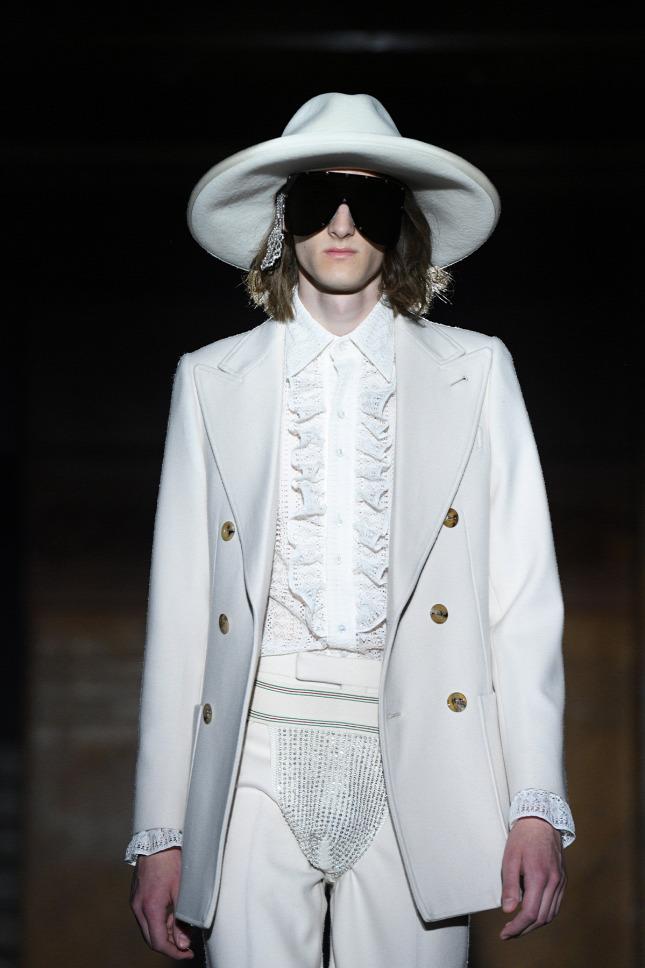 40ff9f69c1 Bőrbugyival és flittercsodákkal készült a férfiaknak a Gucci 2019-ben