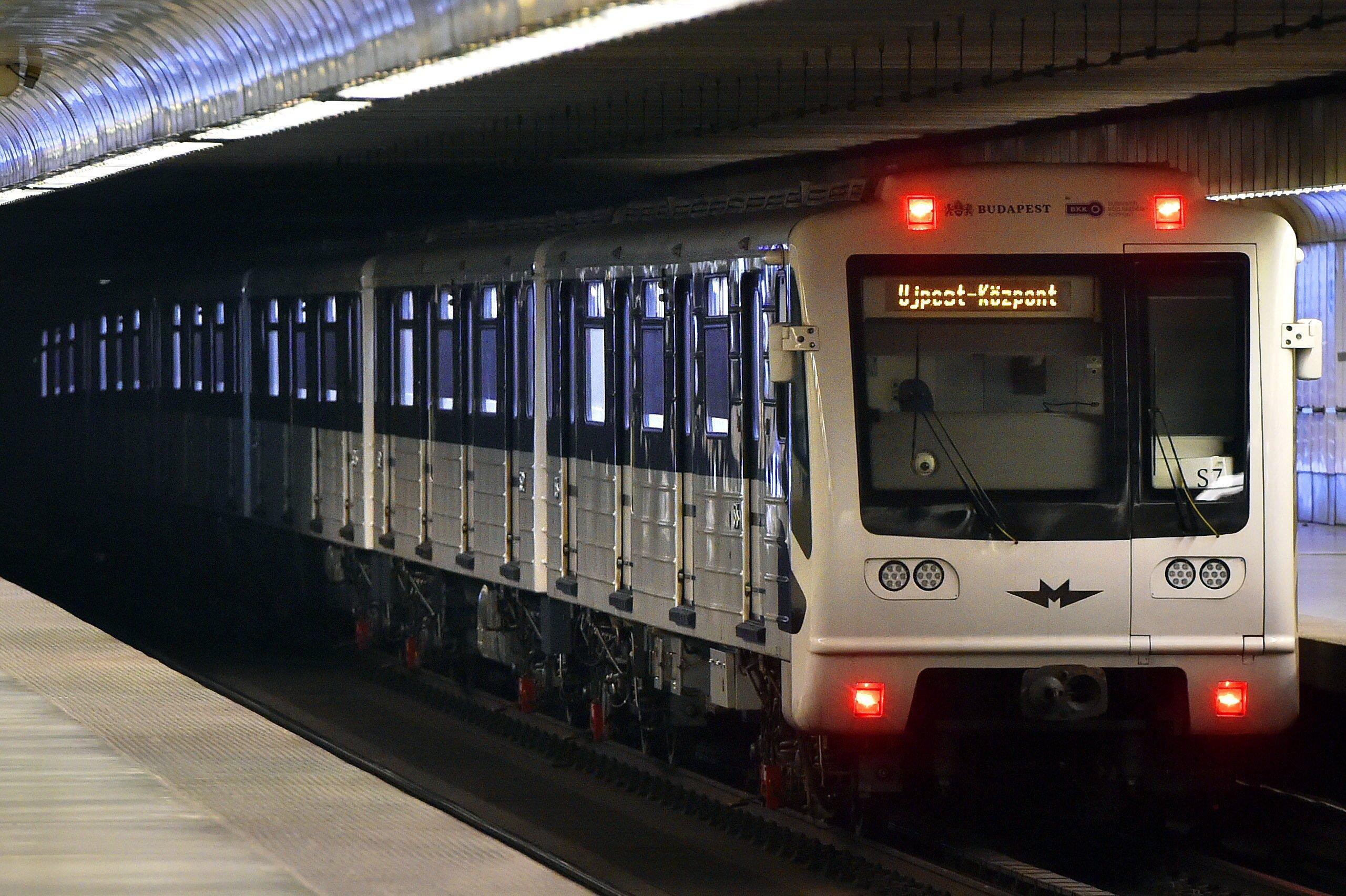 Budapesten a piros (2-es) metró vonala mentén valamelyik megállóhoz közel.