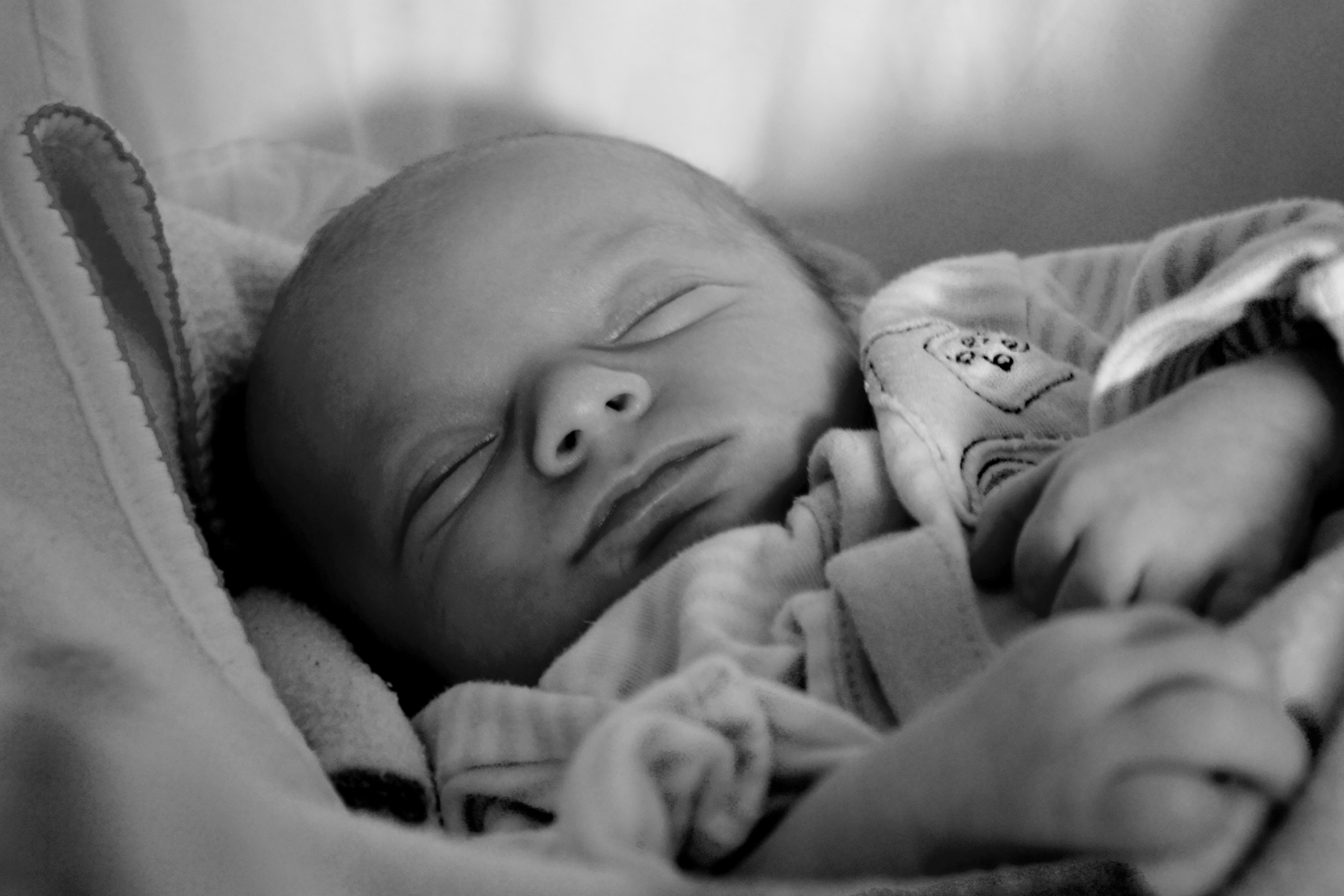 az újszülött súlyának csökkenése a születés után)
