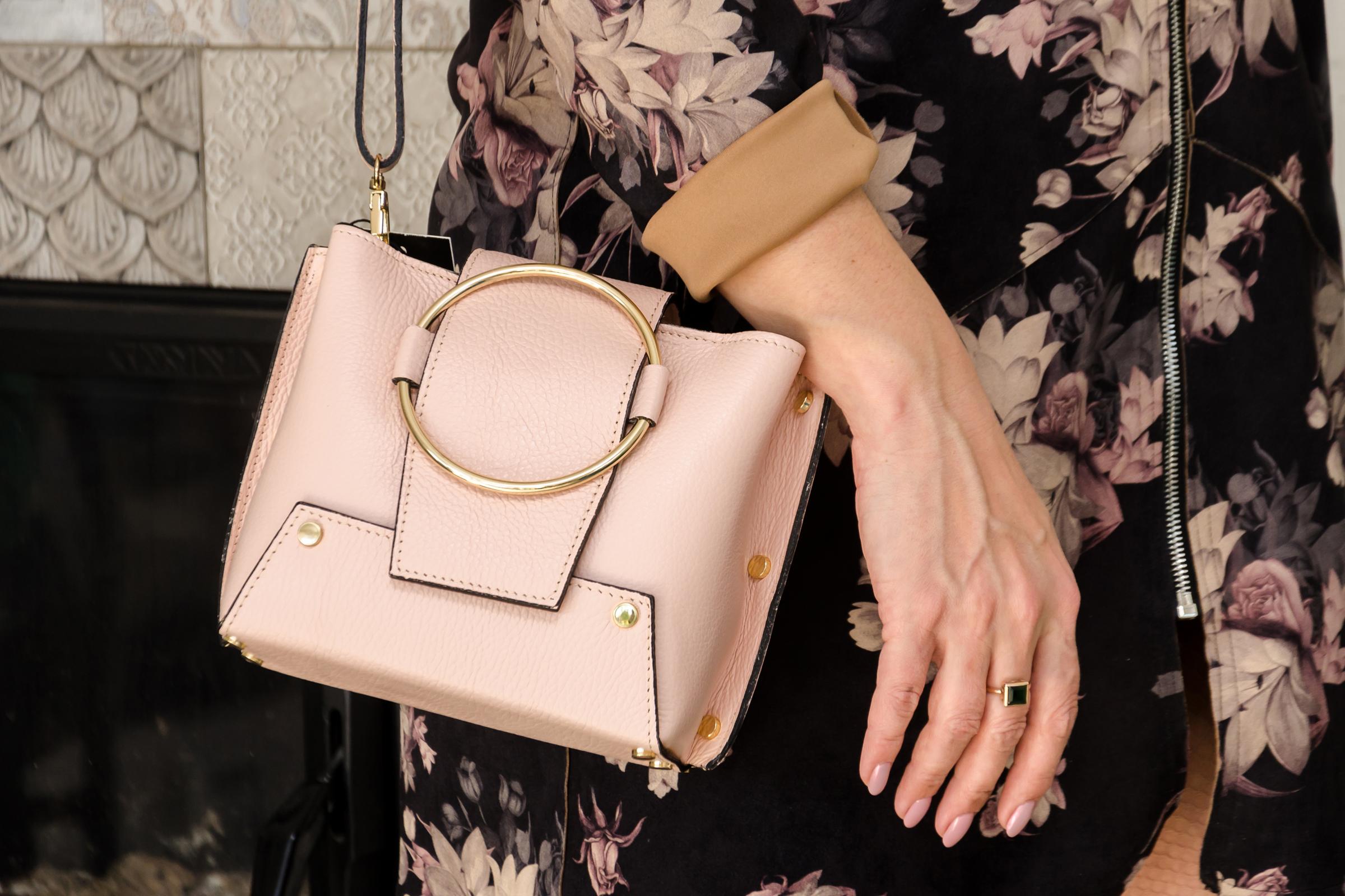 3d7d67b01b Amputált lábából származó bőrből akar táskát varratni egy nő (18+)