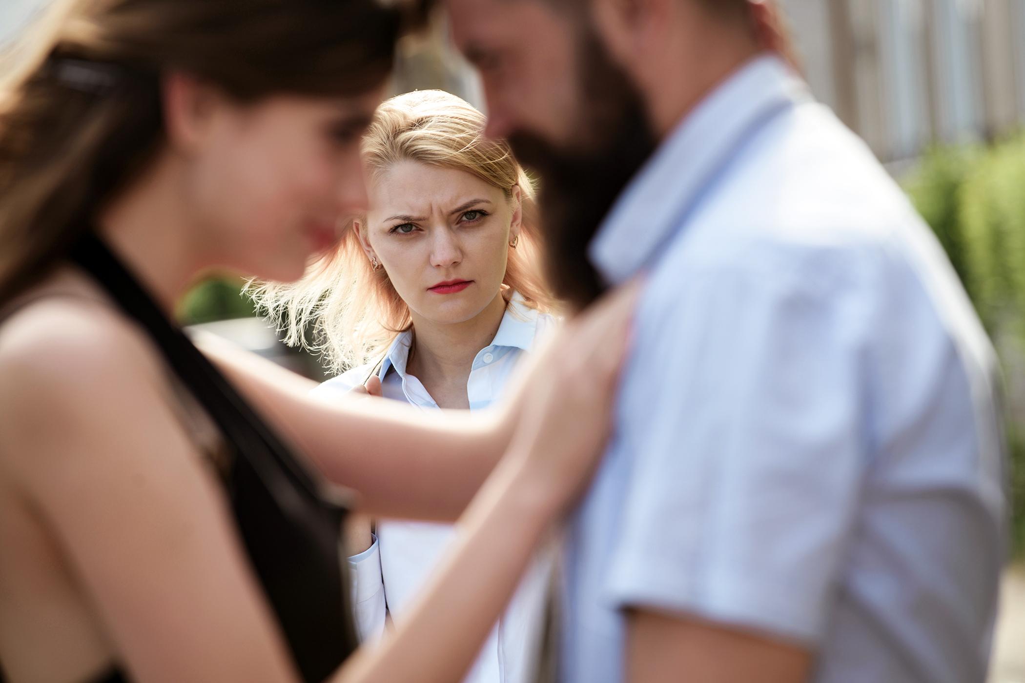 a férj folyamatos féltékenysége és gyanakvása hogyan lehet javítani a látás dioptriáját