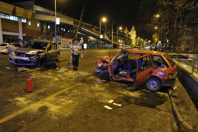 44a64e84be Ütközésben összetört személygépkocsik a XIII. kerületben, a Váci út és a  Bulcsú utca kereszteződésében 2019. április 9-énForrás: MTI/Mihádák Zoltán