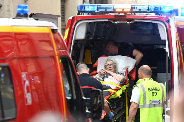 ebdf2f03d4 A lyoni robbantásban a lábán megsérült idős nőt szállítanak a mentők  kórházbaForrás: AFP/Philippe Desmazes
