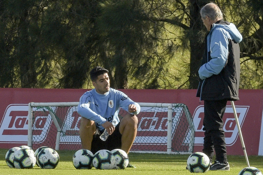 514234125ac1 Az uruguayiak szövetségi kapitánya, Óscar Tabárez beszélget a csapat egyik  legnagyobb sztárjával, a Barcelonát erősítő Luis SuárezzelForrás:  AFP/Miguel Rojo