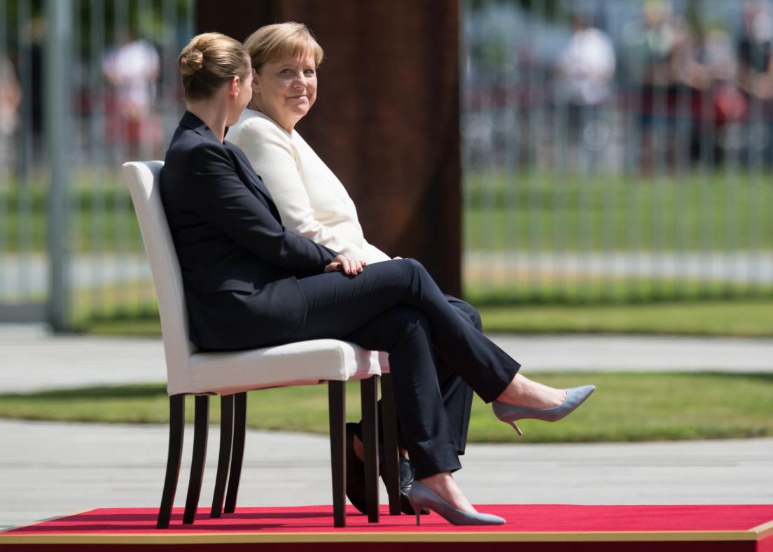 Ülve hallgatja a himnuszt Merkel, hogy ne remegjen