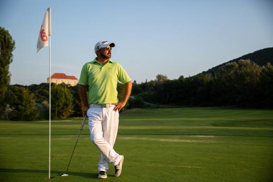 Rekord: 155 méterről egyenesen a lyukba talált a golfozó, 53 milliós autót nyert