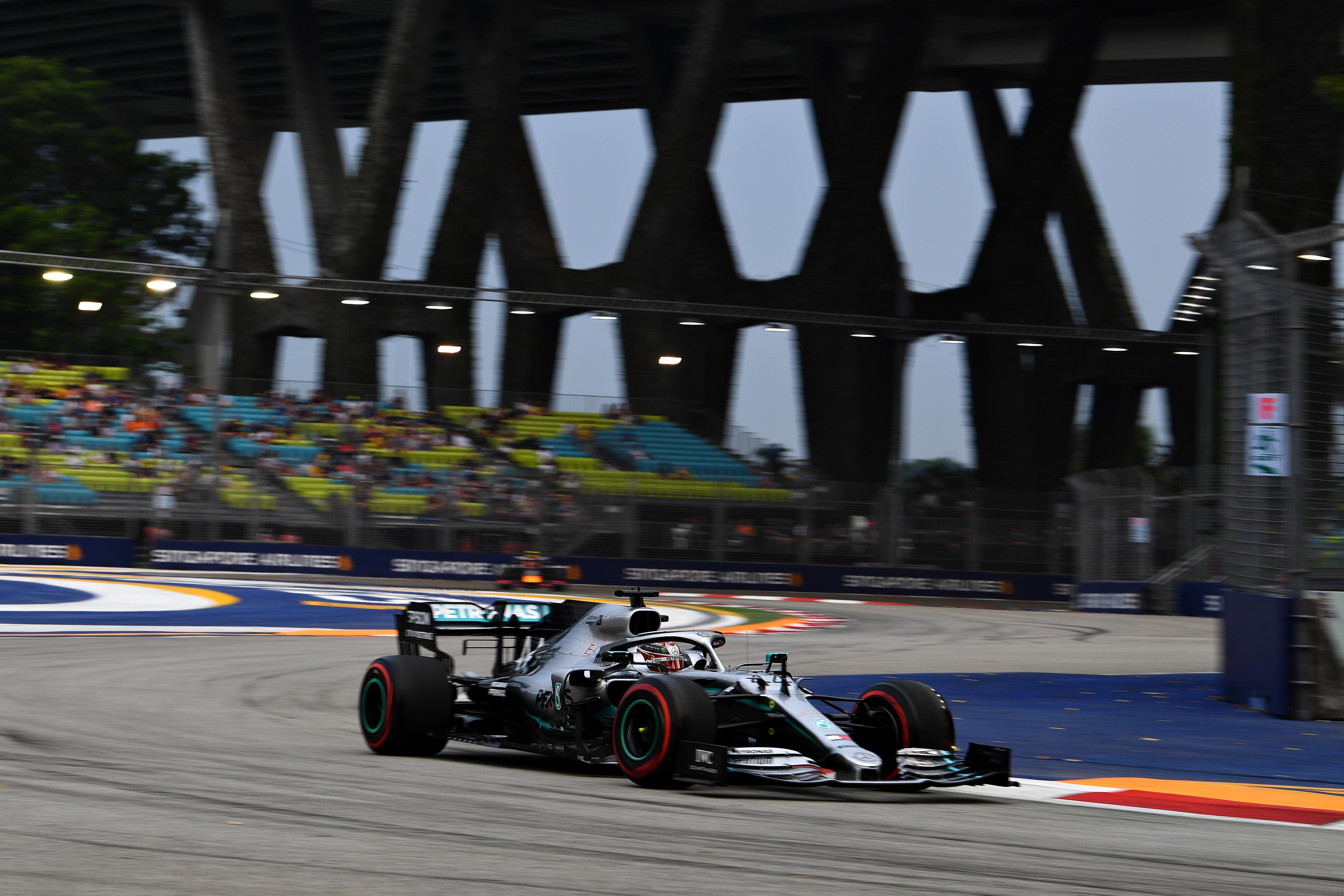 Hamilton az első edzés elmulasztása miatt, illetve mert a másodiknak is csak a felénél tudott bekapcsolódni, teljesen le van maradva a.