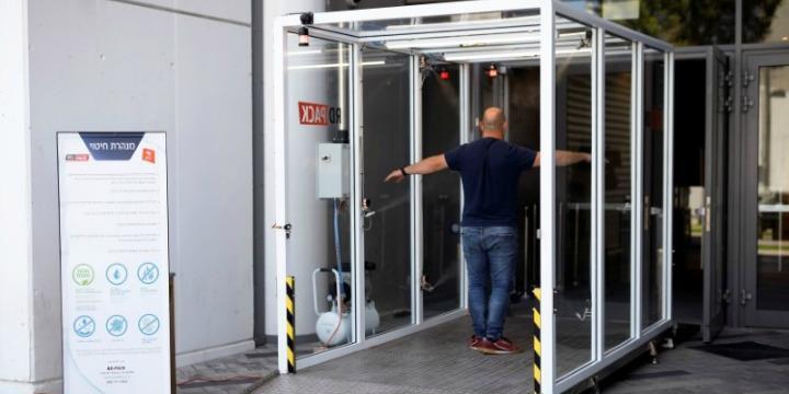 Fertőtlenítőszert permetező kaput építettek egy tel-avivi stadionban