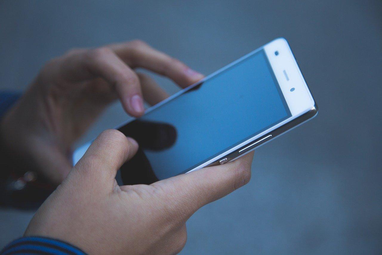 Izraelben átmenetileg engedélyezték a mobilok követését