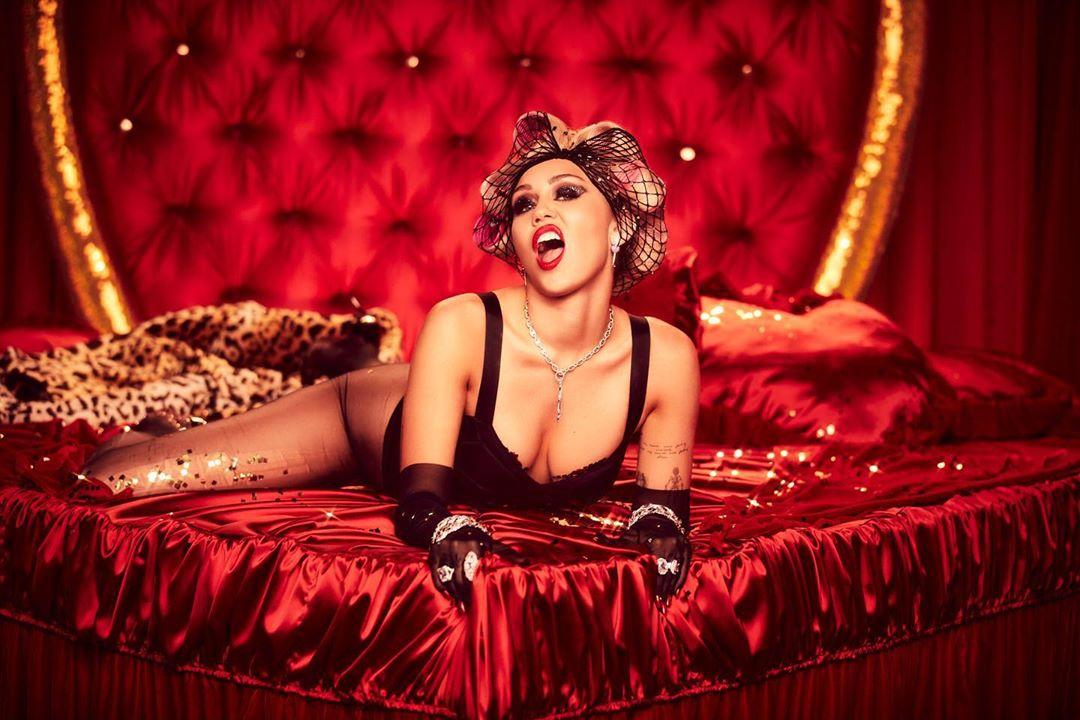 Miley Cyruson múlt egy ismeretlen pár házassága