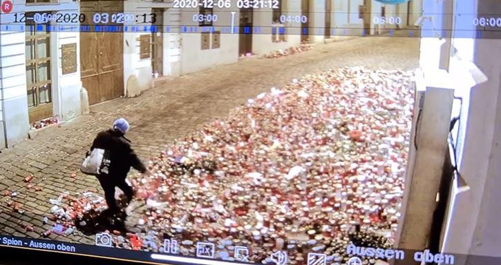 Videón, ahogy egy vandál szétrugdossa a bécsi terrortámadás áldozataiért gyújtott mécseseket