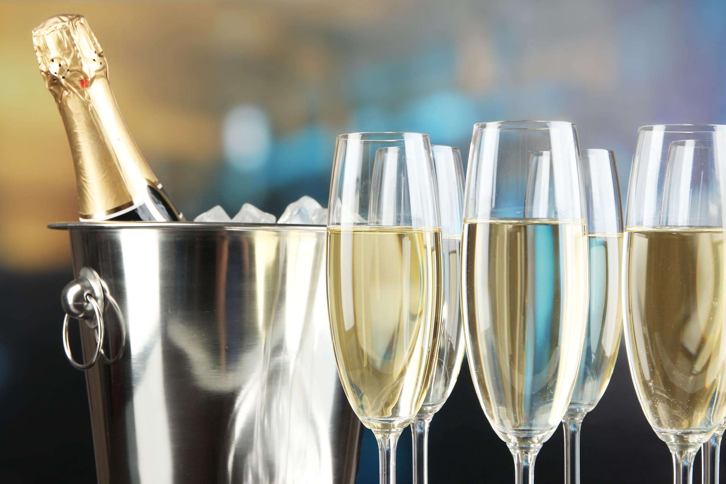 Ha kanalat teszünk a pezsgősüvegbe, tényleg megmarad az ital pezsgése?
