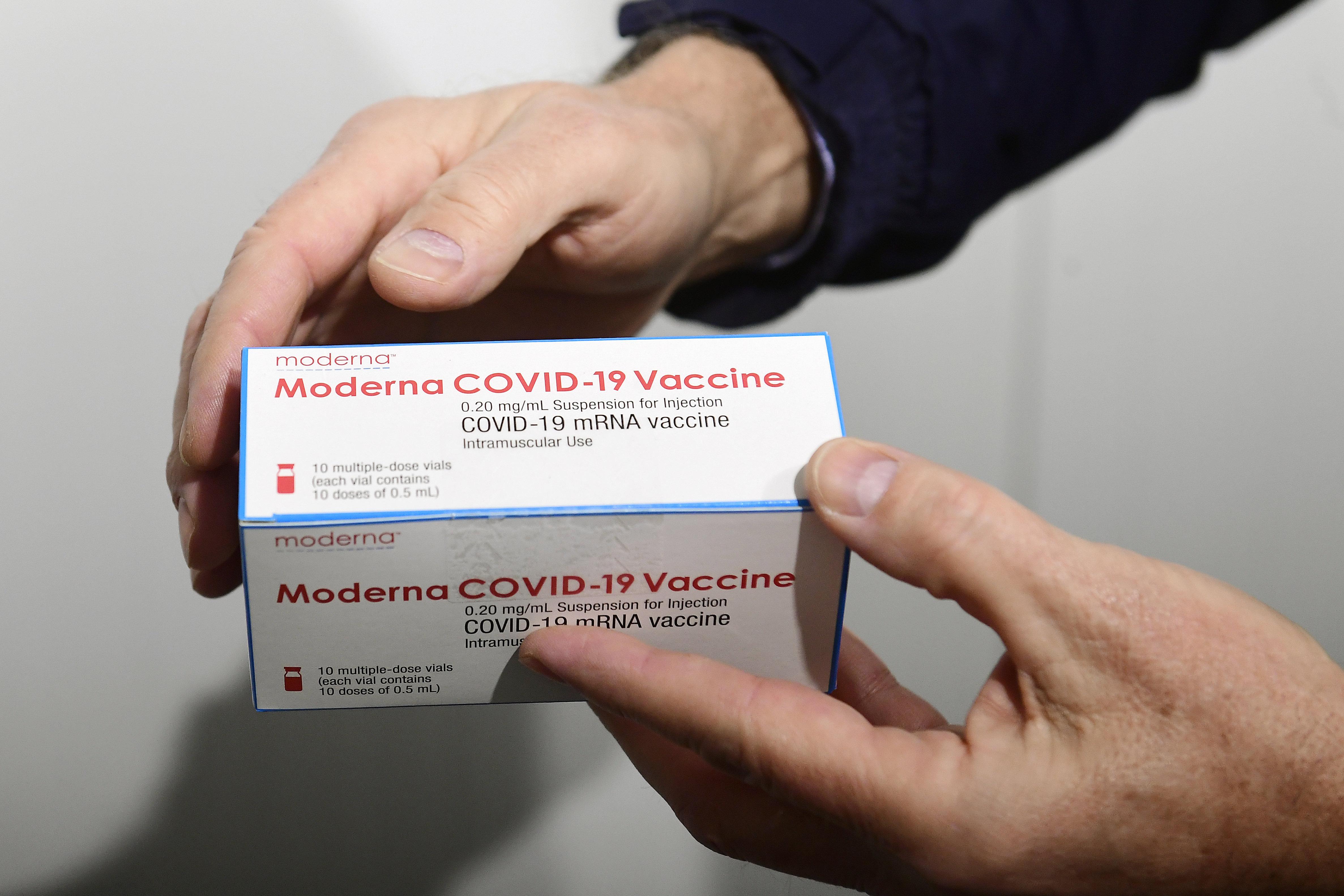 A Moderna-vakcina második dózisával kivételes esetekben hat hetet is lehet várni