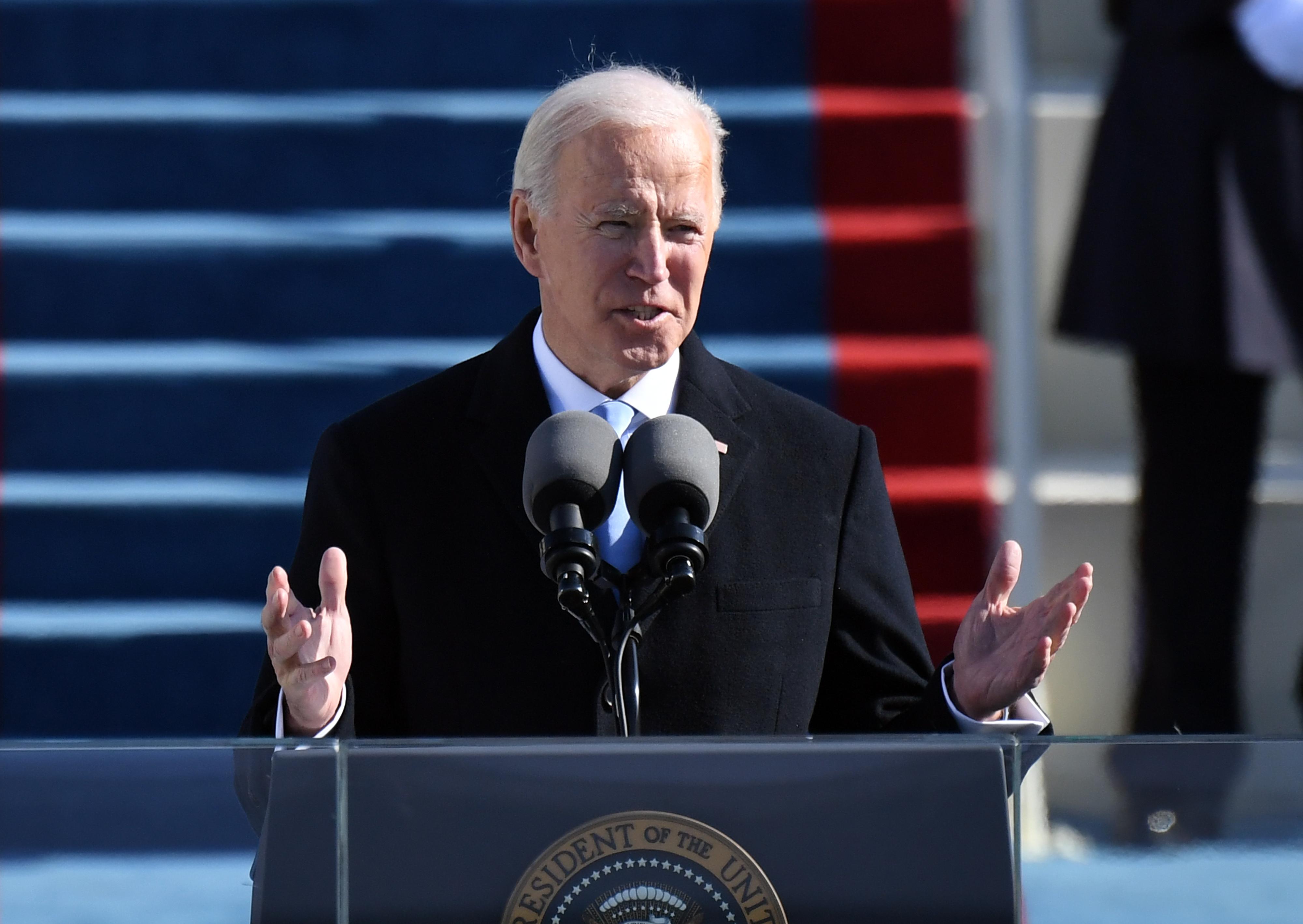 Gendersemleges megszólítás és transznemű kormánytag: már első napján a genderlobbinak kedvezett Joe Biden