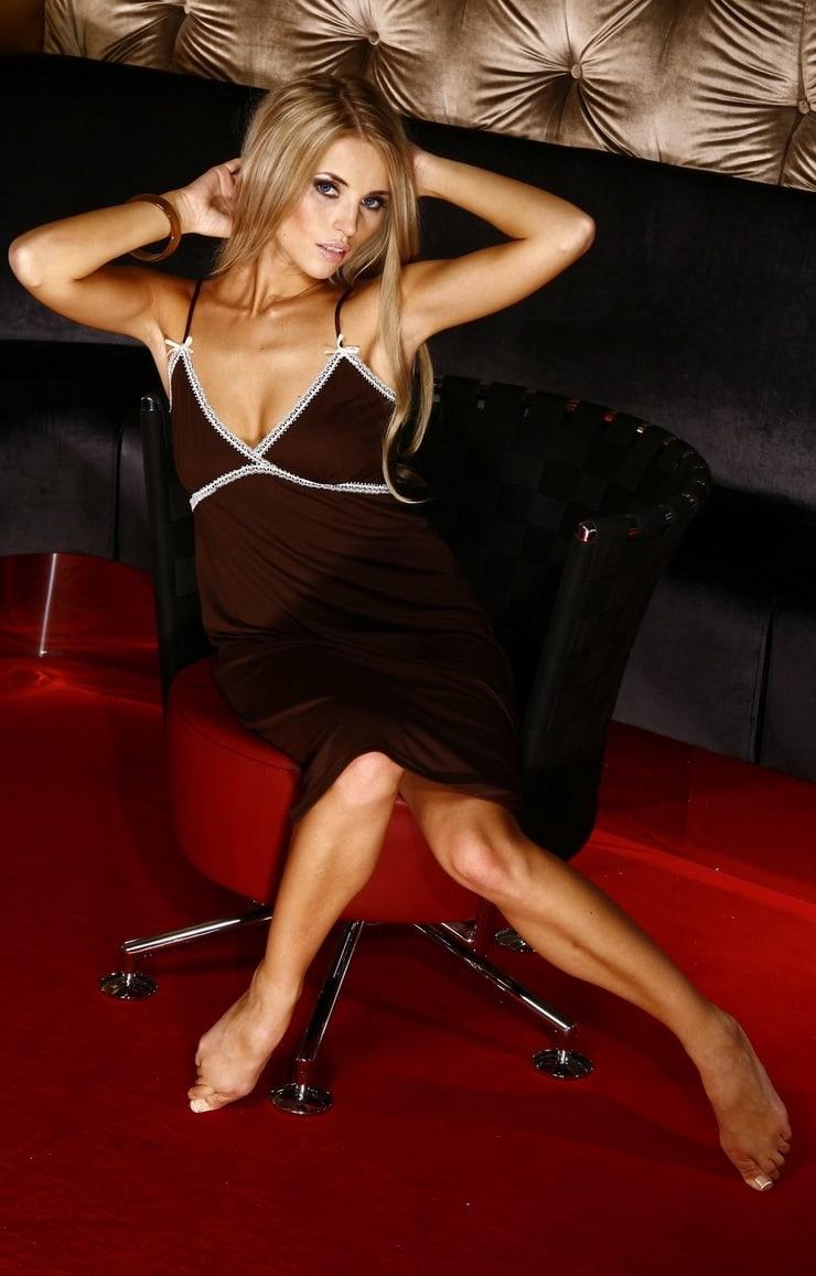 Üveglaphoz nyomja meztelen melleit a lengyel modell - fotó