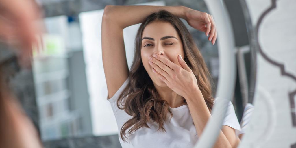 Büdös a szád ébredés után? Ezt idd este és megszűnik a reggeli szájszag!, Furcsa lehelet reggel