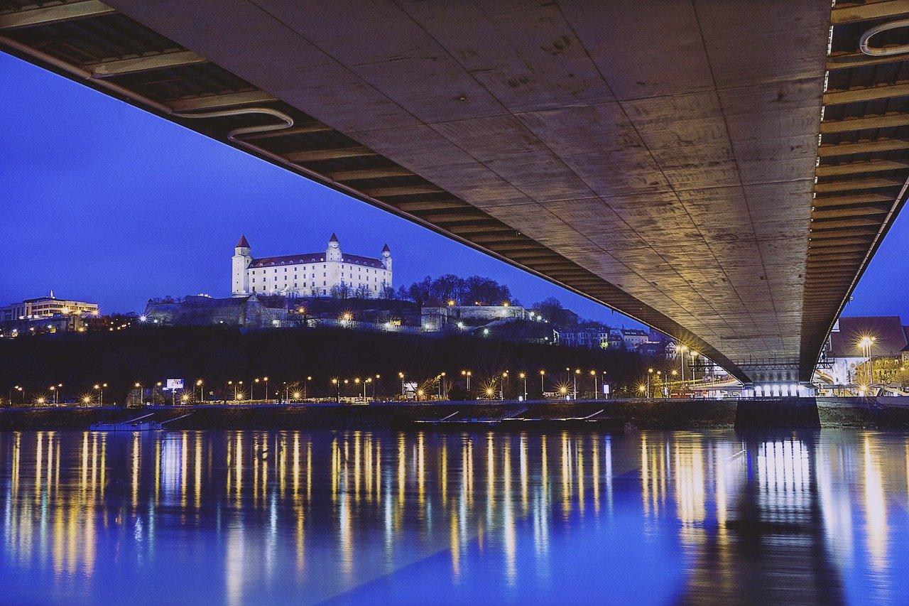 Szlovákia megtiltja a külföldi utazásokat, Franciaországban újabb lezárás jön