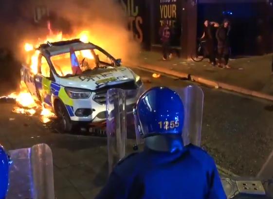 Megtámadott egy rendőrőrsöt, rendőrautókat gyújtott fel a radikális baloldal Angliában – videó