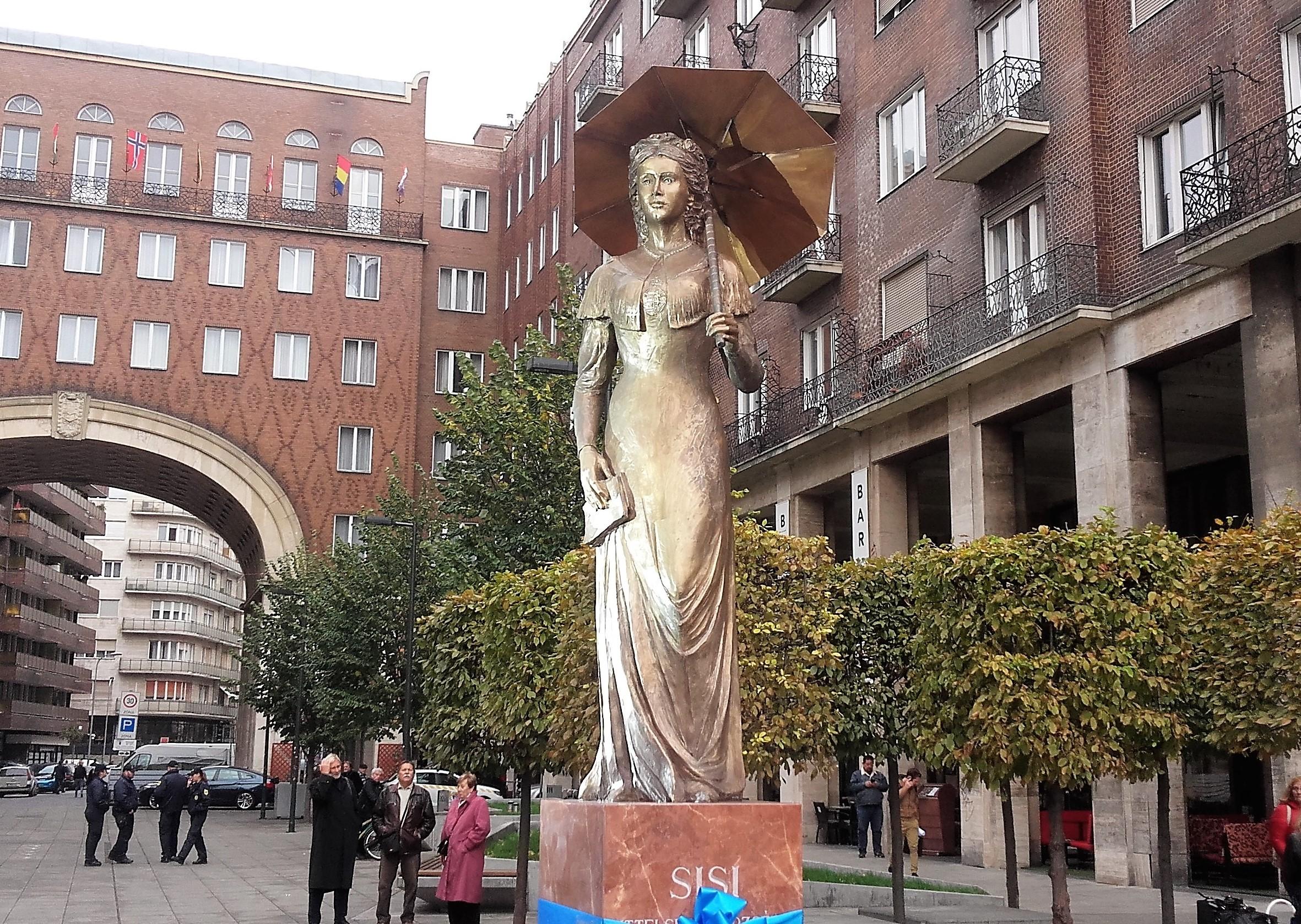 Niedermüllerék eltávolíthatják Erzsébetváros névadójának szobrát, aminek a közepén egy magyar címer van