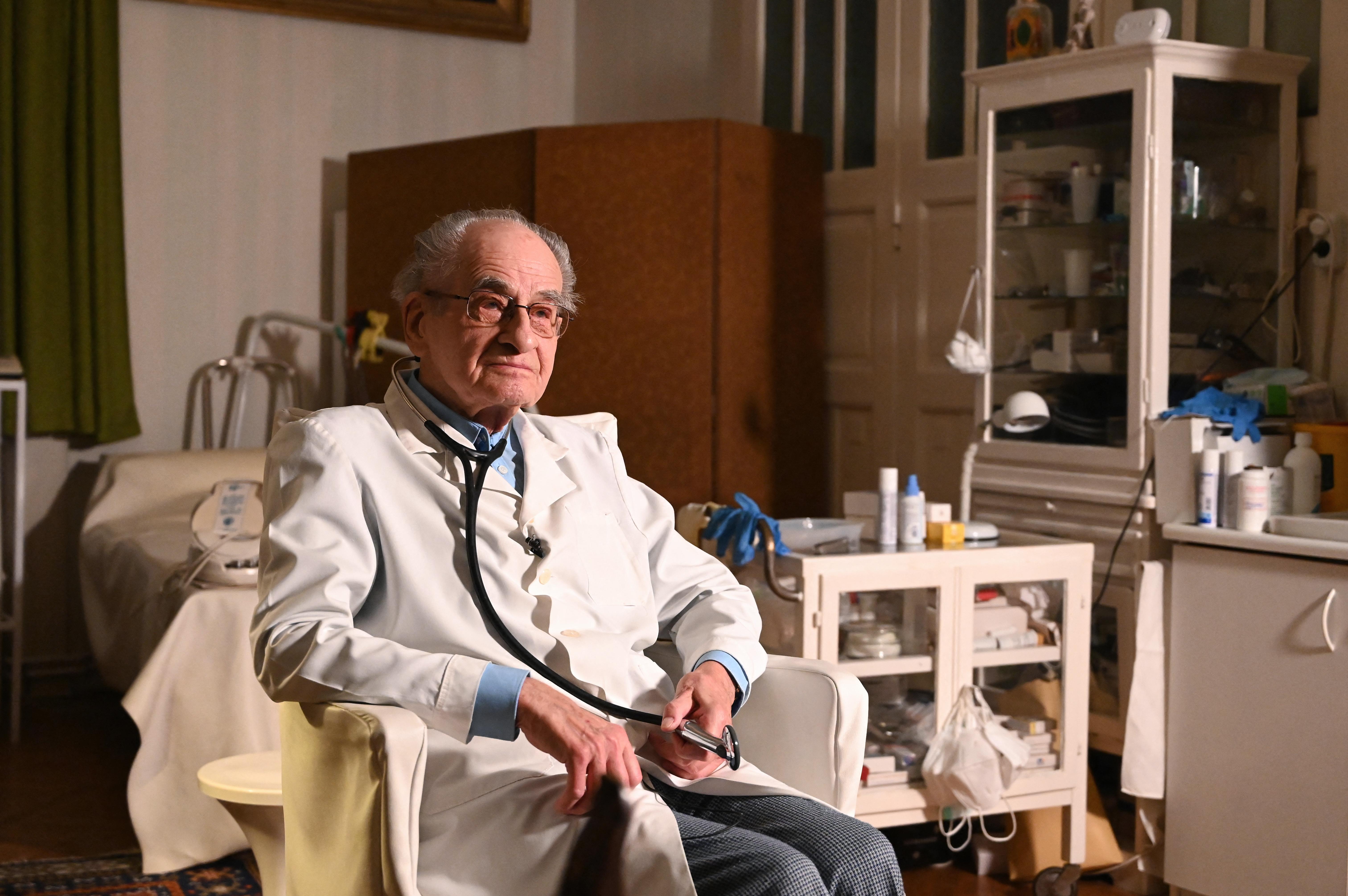 97 évesen is praktizál a holokausztot túlélő magyar háziorvos