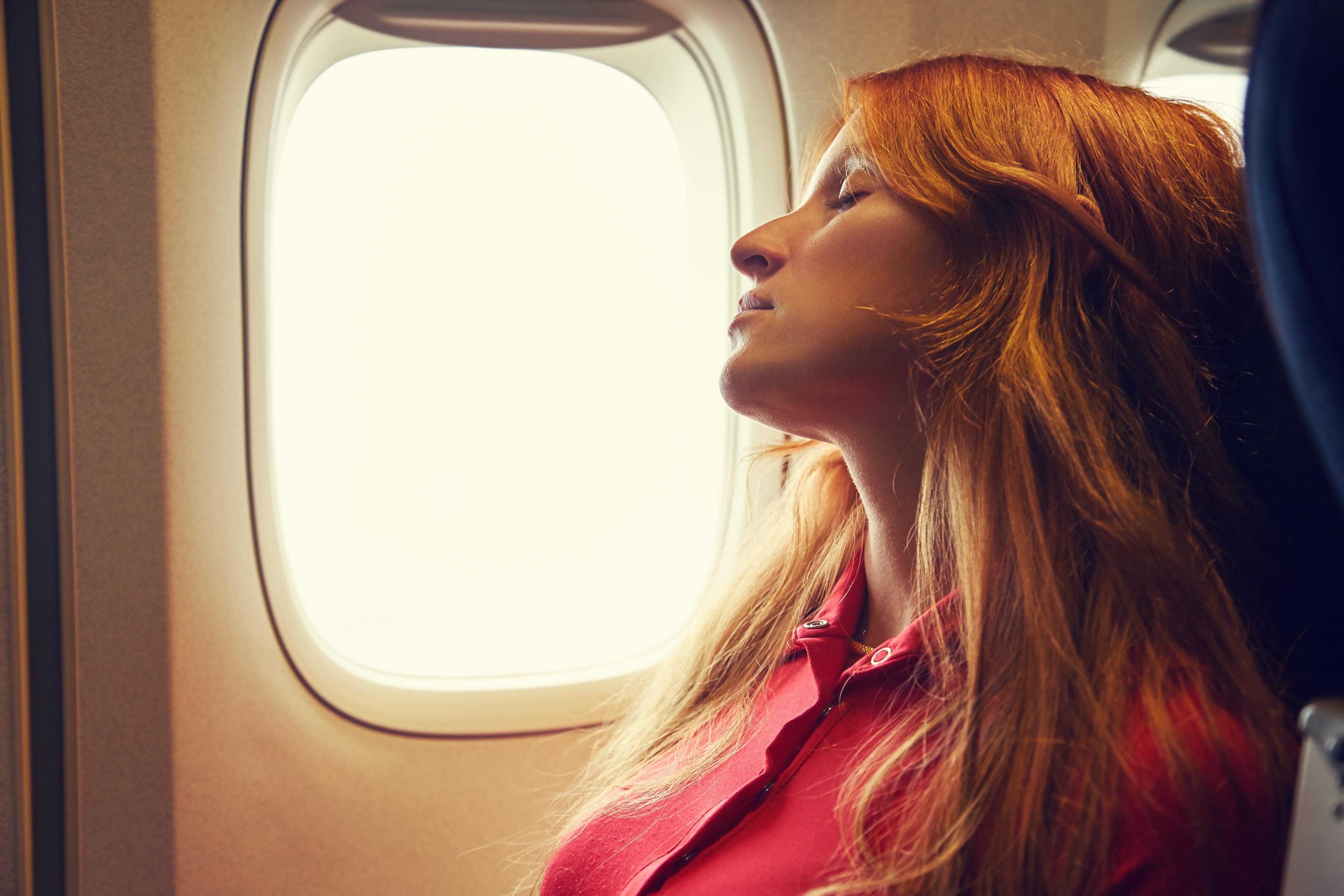 Ezért nem tanácsos az ablakra dőlni, ha a repülőn aludni szeretne