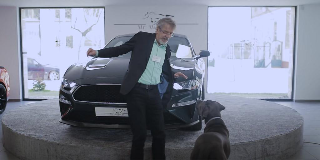 Mucsi Zoltánt beküldték egy autószalonba, úgy bemutatta az új Mustangot, ahogy senki - videó