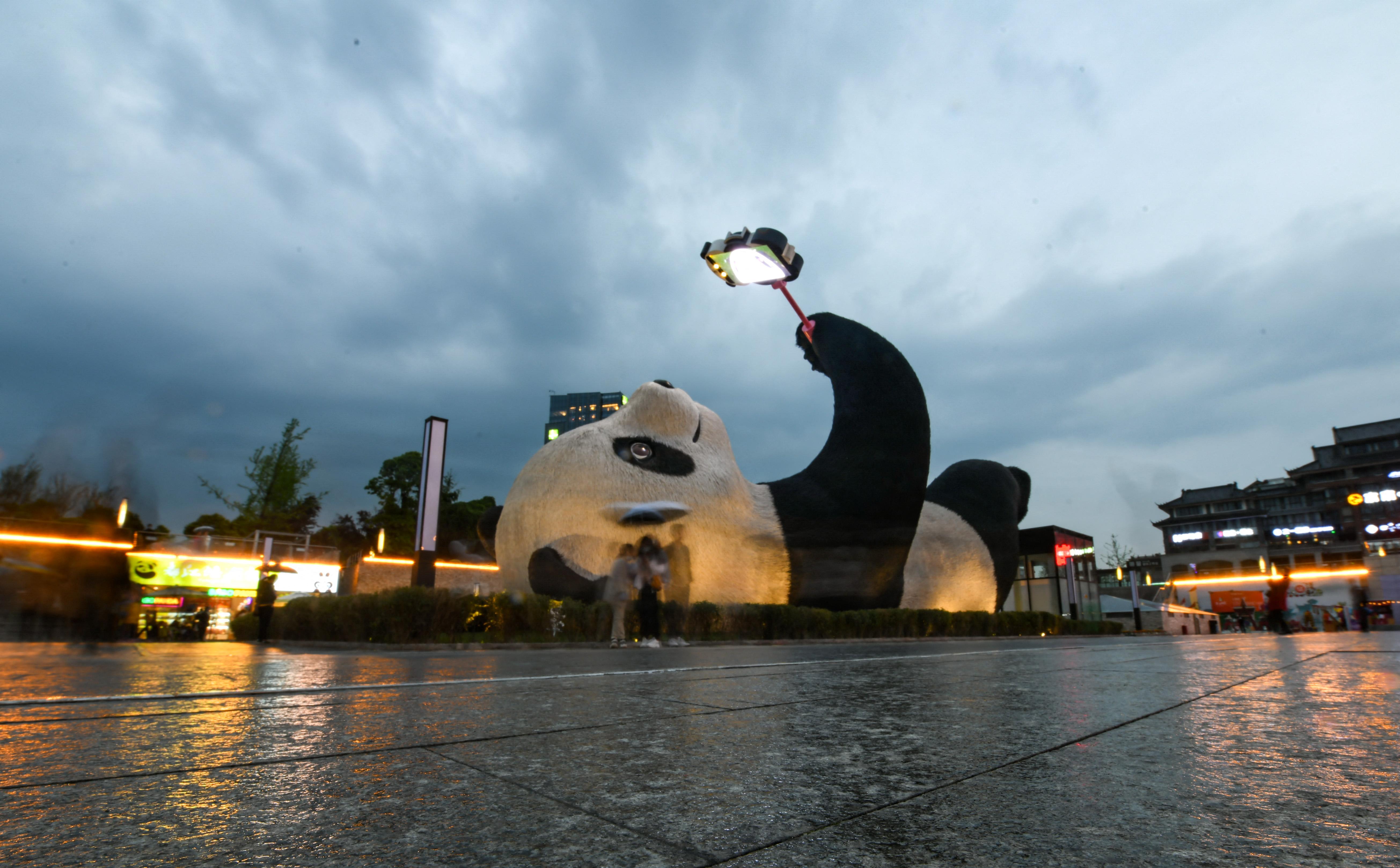 Egy szelfiző óriáspandaszobor lett a turisták kedvence Szecsuanban