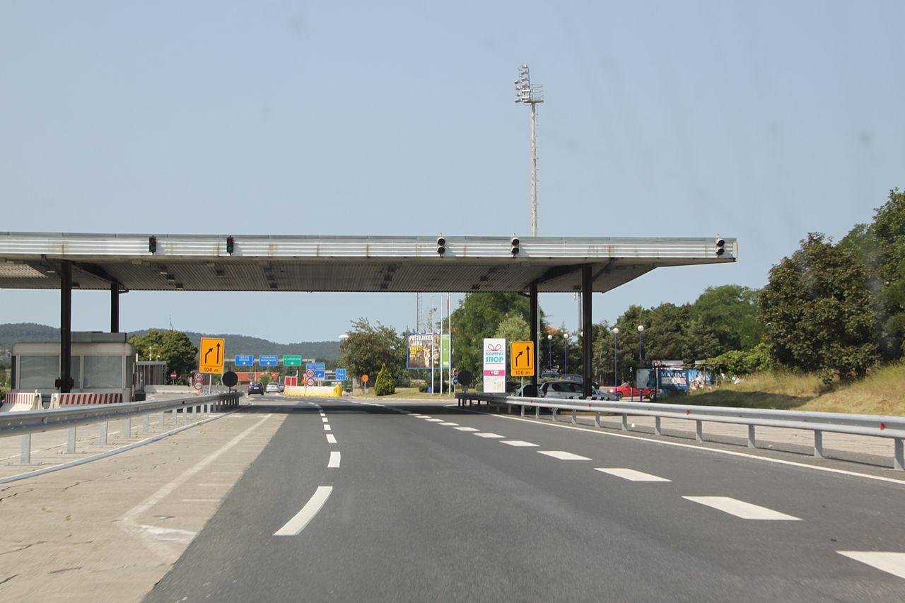 Szlovénia felfüggeszti az országelhagyási tilalmat, Romániában indul a turistaszezon