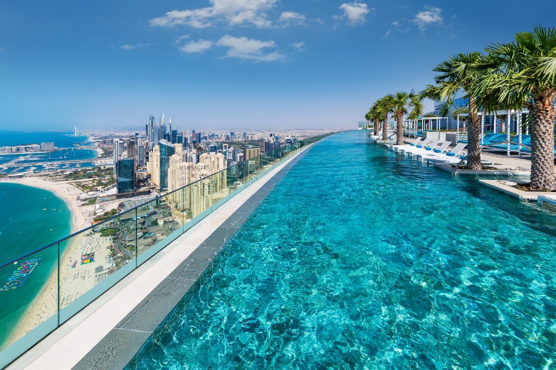 Megnyílt a világ legmagasabb végtelen medencéje Dubajban – képek