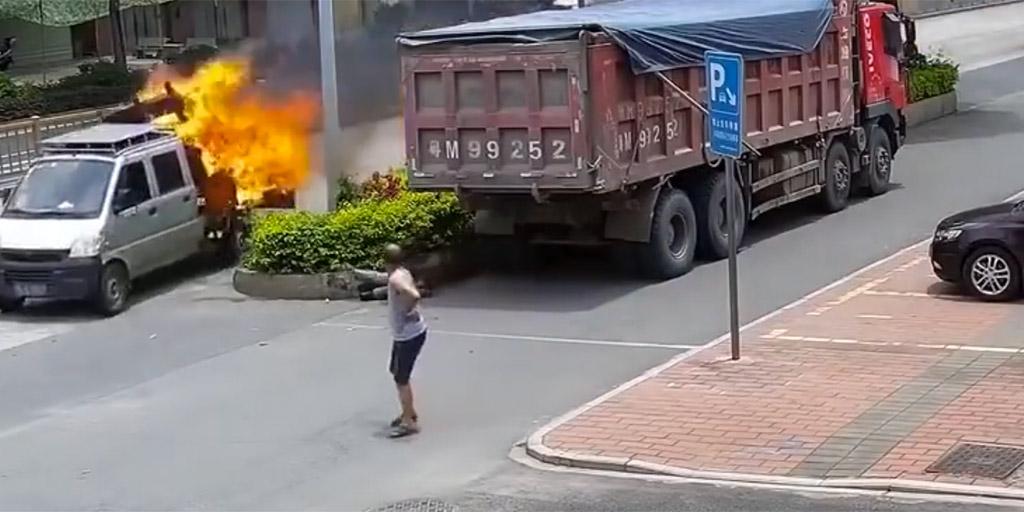 Pusztító tűz kezdett tombolni a teherautón, a sofőr reakciója egyszerűen zseniális volt - videó