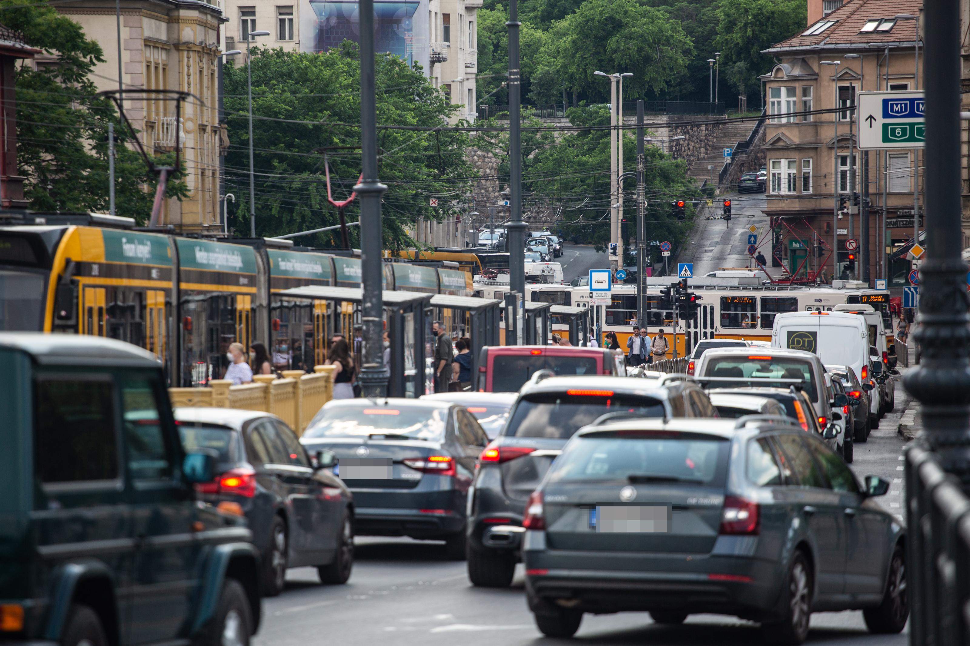 Másfél, két órákat állnak az autósok a budapesti dugókban