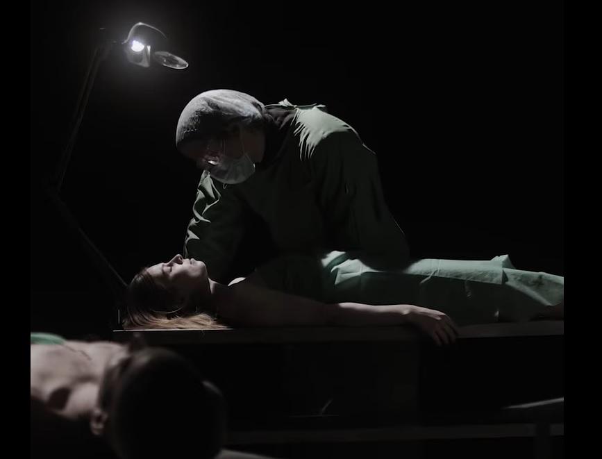 Egy boncasztal, egy patológus és a szerelem – Kissé morbid, mégis szerethető – Klippremier