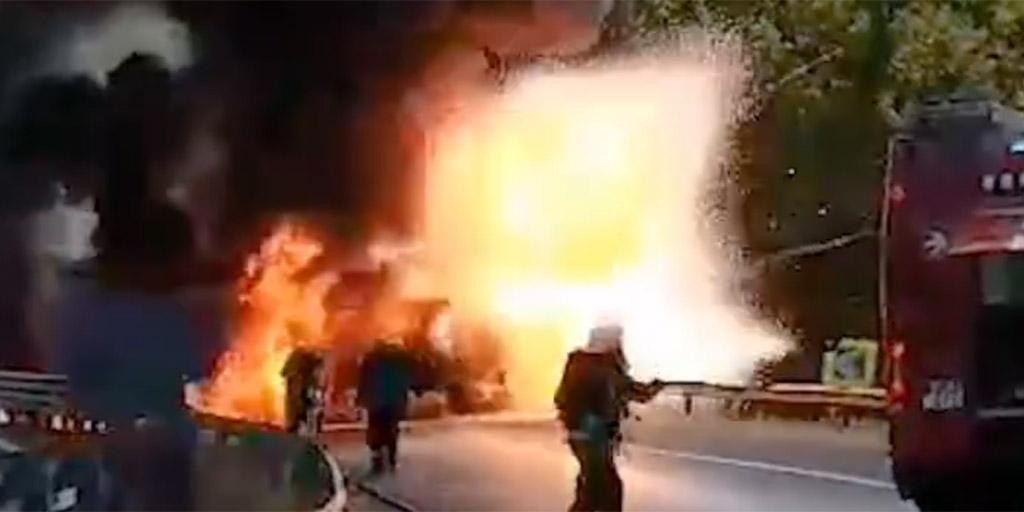 Videóra vették egy lángoló daruskocsi robbanását az M0-s lehajtóján