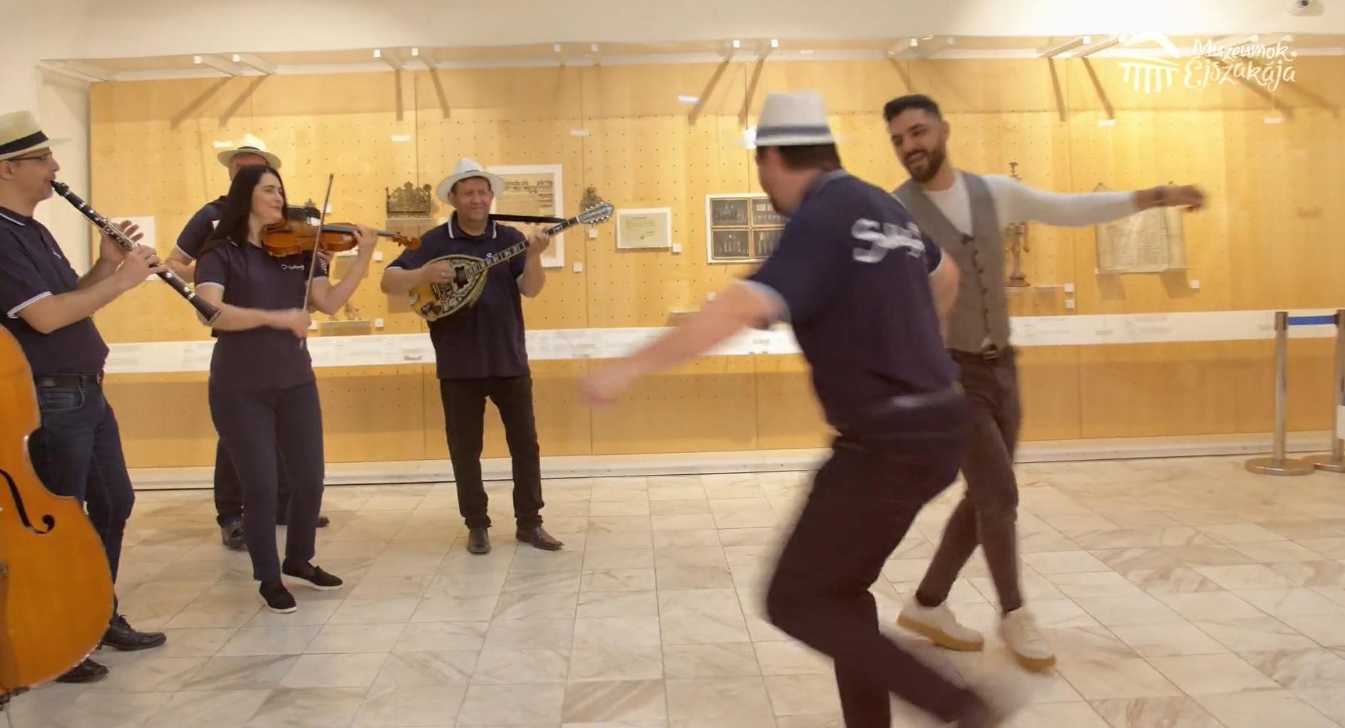 Zenés-táncos mulatságon vett részt Oláh Gergő egy múzeumban – videó